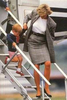August Prince Harry and Lady Diana arrive at the Aberdeen airport in Scotland for their summer holiday at Balmoral. Diana Son, Lady Diana Spencer, Princess Of Wales, Prince And Princess, Modern Princess, Royal Fashion, Retro Fashion, Princess Diana Fashion, Princesa Real