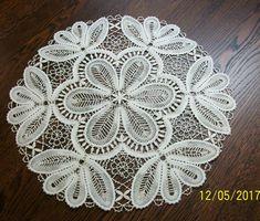 Кружевная салфетка сплетена на коклюшках из белого натурального льна. Диаметр изделия- 43 см.