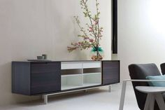 Buffet laquée en chêne avec portes AXIA by Poliform Porte Design, Wall Storage Systems, Charming House, Sideboard Furniture, Table And Chairs, Tables, Living Spaces, Modern Design, Lounge