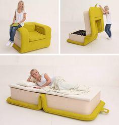 Esta poltrona também é uma boa solução para fazer o espaço render. Criada pela designer russa Elena Sidorova, a Flop, como é chamada, se transforma em uma cama quando aberta.