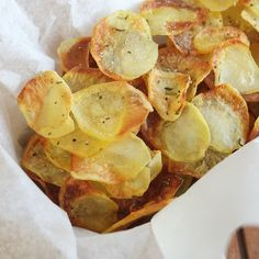 These baked potato chips are really irresistible and I can tell you in advance that you'll never prepare enough of them. Your family and friends will always Wine Recipes, Food Network Recipes, Whole Food Recipes, Snack Recipes, Healthy Recipes, Snacks, Burritos, Homemade Baked Potato Chips, Food 52