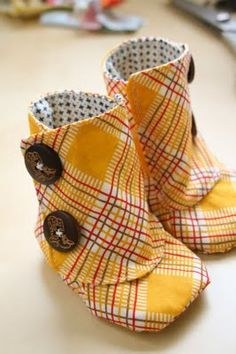 Baby boots pattern-if I had kids, I would want to make these. Sewing For Kids, Baby Sewing, Baby Kind, Baby Love, Baby Boots Pattern, Learn To Sew, How To Make, Baby Crafts, Cute Kids