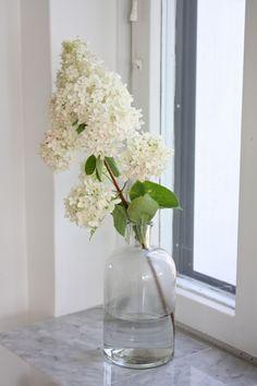 homevialaura | marble window sill | white flower