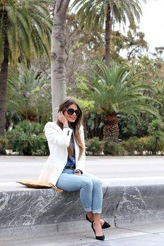 Camisa azul + Blazer branco + Jeans + Cinto e Sapatilha preta
