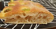 Focaccia con semola rimacinata, olive verdi e lievito madre