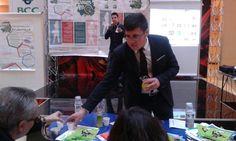 """""""La classe non è acqua"""" fa assaggiare il suo prodotto ai giudici, durante la presentazione"""