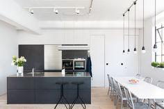 Blanco y negro - AD España, © Andrew Beasley Cocina de Bulthaup y taburetes de Junction Fifteen.
