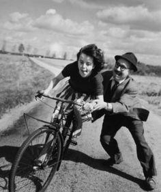 Robert Doisneau- Première leçon de cyclisme d' un père à sa fille (1960s).