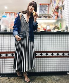 Vestido: GIG Couture em Gallerist | Jaqueta: Urban Outfitters | Sandália: Luiza Barcelos | Bolsa: Coach  | Jóias: Marisa Clermann