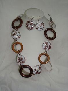 prints de colores neutros, argollas de madera en varios tonos, hacen unico este collar...