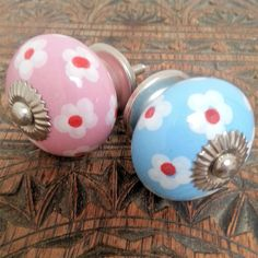 NEW-DAISIES-PAINTED-CERAMIC-DRAWER-PULLS-DOOR-KNOBS-PINK-BLUE-CHILDRENS-ROOM