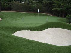Fabuloso green de césped artificial con un gran bunker, un hoyo diseñado para llevar a cabo sesiones de practicas de juego corto. A que esta genial?