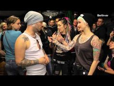 In Berlin fand im Januar 2013 die weltweit 1. Deaf Tattoo Convention statt. 12 Tätowierer aus vielen Nationen präsentierten ihre Arbeit. Es berichtet Tattoo-Model Mel Riot