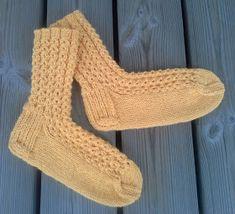 Retuperällään: Keväistä valepalmikkoa Knitting Charts, Knitting Socks, One Color, Colour, High Socks, Fingerless Gloves, Arm Warmers, Knits, Diy