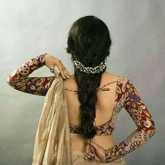 Full sleeve Kalamkari blouse Also the headband! Saree Blouse Neck Designs, Fancy Blouse Designs, Saree Blouse Patterns, Kalamkari Blouse Designs, Full Sleeves Blouse Designs, Blouse Designs Wedding, Saree Jacket Designs, Lehenga Designs, Saris