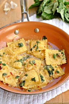 Ravioli with Garlic Basil Oil – Go Eat and Repeat - Pasta Recipes For DinnerCreamy cheese ravioli sauteed in a light sauce of garlic and basil. Ravioli with Garlic Basil Oil is a great 25 minute meal! Vegetarian Recipes, Cooking Recipes, Healthy Recipes, Keto Recipes, Spinach And Cheese Ravioli, Garlic Cheese, Cheese Sauce, Mushroom Ravioli, Cheese Tortellini