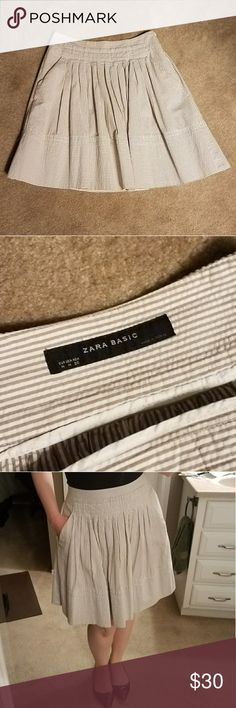 Zara Seersucker Pleated Skirt It has pockets!!! Adorable white and tan Seersucker Skirt. In great condition. Zara Skirts A-Line or Full