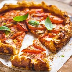 A delicious treat for all and especially vegetarians. A stunning looking tomato tart with cheese. Light Recipes, My Recipes, Snack Recipes, Cooking Recipes, Healthy Family Meals, Healthy Snacks, Galette Recipe, Savory Tart, Pastry And Bakery