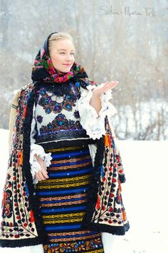 11 Traditional Ethnic Clothes Around the World : Romanian Folk Costume