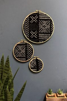 African style 155303887193768427 - African Mudcloth Vintage Gallery Wall Set of 3 Wall Hangings, Black X's Arrows Diy Wall, Wall Decor, Cuadros Diy, Wood Circles, Creation Deco, African Mud Cloth, Baskets On Wall, Modern Boho, Room Decor Bedroom