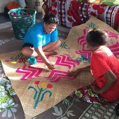 Decorating a Tuvalu mat on Vaitupu Nov 2016 Photo Credit: Malofou Auina