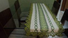 PASSADEIRA BORDADA EM VAGONIT, BEGE COM BORDADO EM TONS DE VERDE E BICO EM CROCHE  MEDE: 1,52x48cm R$ 120,00