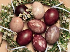 Easter eggs with natural colors Easter Egg Dye, Easter Egg Crafts, Easter Treats, Diy Ostern, Creative Gift Wrapping, Easter Table, Egg Decorating, Tree Decorations, Happy Easter