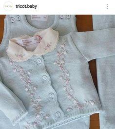 Roupinha para bebê em linha com bordado.