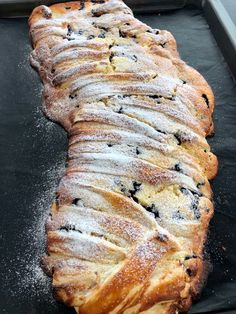 Heidelbeere-Topfen-Strudel Blueberry curd strudel with puff pastry! Austrian Recipes, Gateaux Cake, Healthy Breakfast Smoothies, Dessert Sauces, Cakes And More, Blueberry, Vegetarian Recipes, Bakery, Sweet Treats