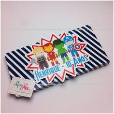 NÃO ACOMPANHA O CHOCOLATE, VALOR SOMENTE DA EMBALAGEM PERSONALIZADA. <br> <br>Embalagem para chocolate KitKat feita em papel glossy 180g. <br> <br>Tamanho da embalagem: 13cmx6,3cmx1cm <br>Aplique feito em papel glossy 180g. <br> <br>Embalagem feita para o chocolate kitkat 45g, NÃO ACOMPANHA O CHOCOLATE, VALOR SOMENTE DA EMBALAGEM PERSONALIZADA. <br> <br>Pedido mínimo: 5 unidades, sendo R$1,60 cada <br> <br>Ainda está com dúvidas? Entre em contato, será um prazer atende-lo(a)!