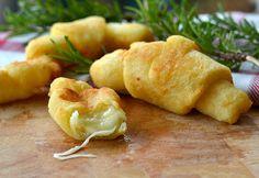 Presentación Los Croissants de patatas con corazón de mozzarella son la receta ideal para quienes buscan apetecibles entremeses salados deliciosos para ser comidos con la boca y los ojos. Este fing…