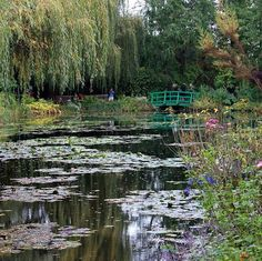 Местечко Живерни в часе езды от Парижа по праву может называться одним из самых живописных в мире.  Именно здесь некогда обосновался Клод Моне, превратив сад вокруг своей усадьбы в настоящую импрессионистическую палитру: на месте фруктовых деревьев художник посадил цветник, в котором новые сорта распускались, как только отцветали старые.  На фото тот самый японский мостик через пруд и знаменитые лилии, которые он писал множество раз.  #travel #traveling #travelgram #travelling #travelingram…
