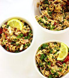 Włoska sałatka z tuńczykiem i makaronem orzo   Słodkie Gotowanie Orzo, Fried Rice, Pasta Salad, Fries, Food And Drink, Ethnic Recipes, Cold Noodle Salads, Noodle Salads, Nasi Goreng