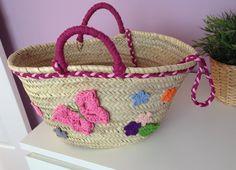 Cesto de mimbre decorado con trapillo y crochet