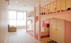 Diện tích phòng ngủ của hai con gái cũng được tăng lên. Hệ giường tầng có đặc điểm là 2 giường ngủ ở phía trên, diện tích đệm khá thoải mái. Phía dưới giường được thiết kế hệ tủ lớn chứa quần áo và đồ chơi khi chưa sử dụng.