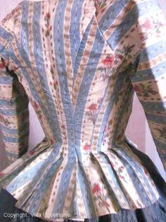 Rare casaquin ou Pierrot français de l'époque Louis XVI en taffetas chiné à la branche. Entièrement doublé en lin écru, ce pierrot se lace sur le devant par deux bandes de toile avec oeillets cousus main, dissimulé sous la soie qui remplace avantageusement le corps rigide.