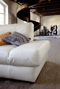 Narożnik -skóra, poduszki- bawełna, wnętrze młyn w Obornikach - zdjęcie Swarzędz Home