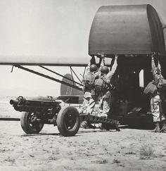 82ª Divisão Aerotransportada embarcando um 75mm howitzer em um planador CG-4A durante treinamento em Oujda, Marrocos Francês, Norte da Africa um mês antes da invasão da Sicília, 11 Jun 1943. Pin by Paolo Marzioli