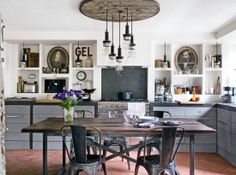 farmhouse's kitchen in industrial style (read on my paradissi - foto by Charly Enwin via maison)