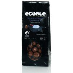 Fairtradecertifierat kakao och socker används till chokladen som omsluter de smakrika kaffebönorna.