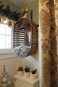 26 Breathtaking DIY Vintage Decor Ideas Love the basket and frames.