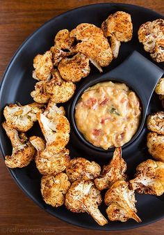 Roasted Cauliflower Bites with Vegan Nacho Cheese Sauce --a healthy, Super Bowl snack minus the vegan, yum Whole Food Recipes, Vegetarian Recipes, Cooking Recipes, Healthy Recipes, Nacho Cheese Sauce, Healthy Snacks, Healthy Eating, Vegan Nachos, Cauliflower Bites