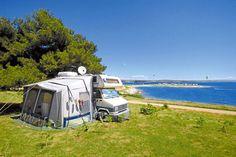 Camping Village Stupice in Kroatien bietet sonnige Plätze direkt am Meer oder schattige und ruhige Plätze unter den Pinien. Der Campingplatz am Kap Kamenjak ist perfekt für Wind- und Kitesurfer.