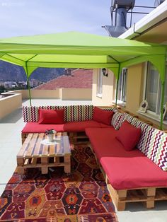Now it is chirping with a seating group made of terrace pallet-Jetzt zwitschert es mit einer Sitzgruppe aus Terrassenpaletten. Now it is chirping with a seating group made of terrace pallets. Outdoor Decor, Diy Outdoor, Diy Table, Patio Decor, Outdoor Patio Decor, Rustic Bathrooms, Pallet Furniture Outdoor, Apartment Balcony Decorating, Home Decor Furniture