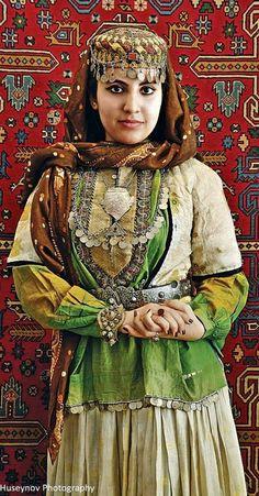 A traditional festive costume from Azerbaijan. Clothing style: early 20th century. (© Rustam Huseynov)