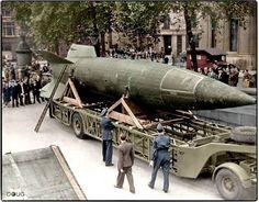 Un cohete V-2 alemán capturado y exhibido por ingleses en Trafalgar Square,Londres.Sabado 15 de septiembre de 1945.