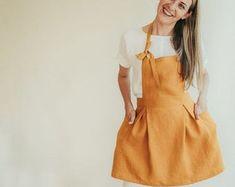 Vestido de antaño de Pinafore ligero smock de lino lino | Etsy Linen Apron Dress, Linen Dresses, Pinafore Apron, Leggings, Smocking, Looks Great, Jumper, Cover Up, Trousers