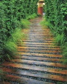 love this idea. wooden path with gravel - I could make out of pallets ♥️ - time to update the lower garden walk path... hard to replace mulch often and could help with weed control