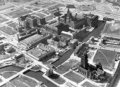 Panorama van het na de verwoestingen van de Tweede Wereldoorlog opgeruimde Rotterdam, met onder andere het stadhuis aan de Coolsingel, circa 1947.