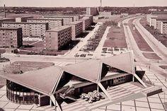 Rostock: Nicht nur Wohnungen, auch Versorgungseinrichtungen wurden gebaut, wie hier das Kosmos in der Südstadt, das sowohl eine Gaststätte als auch eine Zweigbibliothek enthielt. (Foto: Doris Klützow, 1975; Repro)